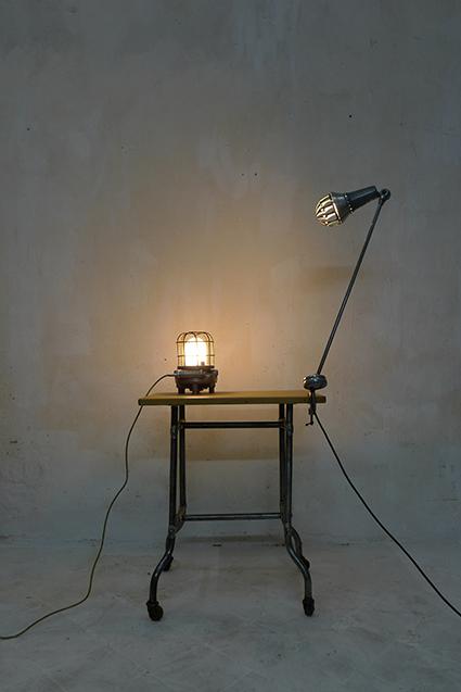 Table de métier, lampes aluminium.